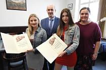 Studentky převzaly na novojičínské radnici od starosty titul Mladý hrdina.