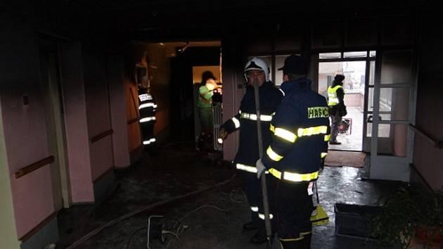 Při pondělním požáru domova s pečovatelskou službou v Příboru na Novojičínsku zemřeli dva důchodci.