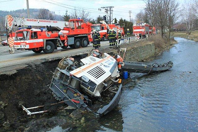 Fréza zakončila svou pouť v potoce v Tiché. Tři jednotky hasičů jí pomáhaly ven.
