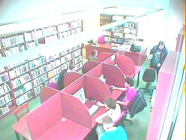 V areálu knihovny v Novém Jičíně byl v lednu 2014 bezpečnostními kamerami zachycen muž.