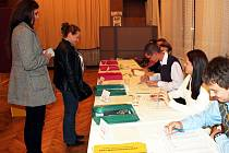 Mnoho voličů se v pátek 12. října v prvním dnu voleb do krajského zastupitelstva k volebním urnám na Novojičínsku nehnalo.