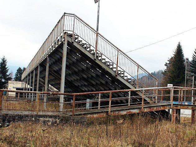 Tribuna zimního stadionu, o níž se vede boj.