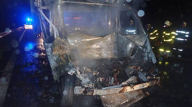 Nehoda tří vozidel zaměstnala v úterý 5. září večer hasiče i záchranáře na čtyřproudové silnici u Starého Jičína.