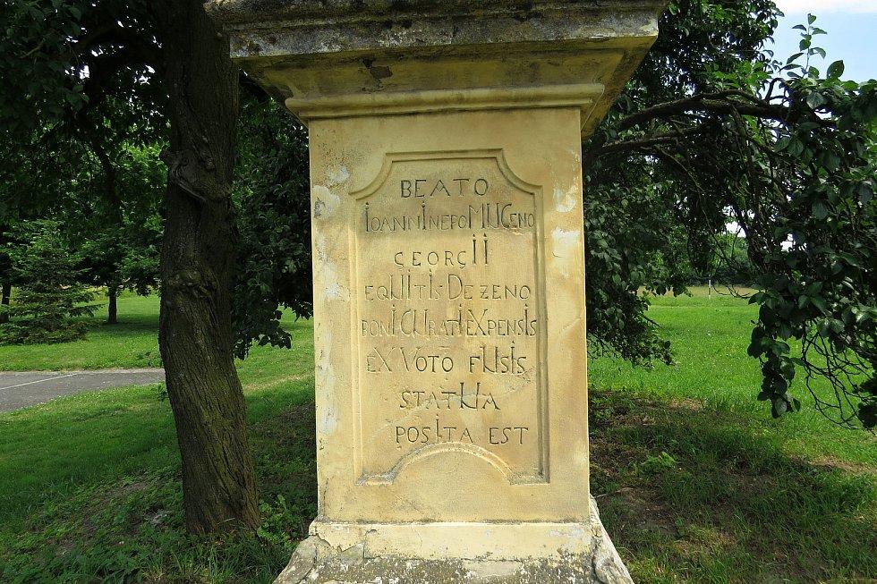 V nápisech na podstavci sochy sv. Jana Nepomuckého jsou zašifrované letopočty.
