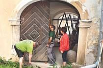 Součástí letošních letních oprav, které jsou na zámku v Bílovci v plném proudu, je také repase dřevěných kovaných vrat, jež vedou z průjezdu směrem k muzeu.