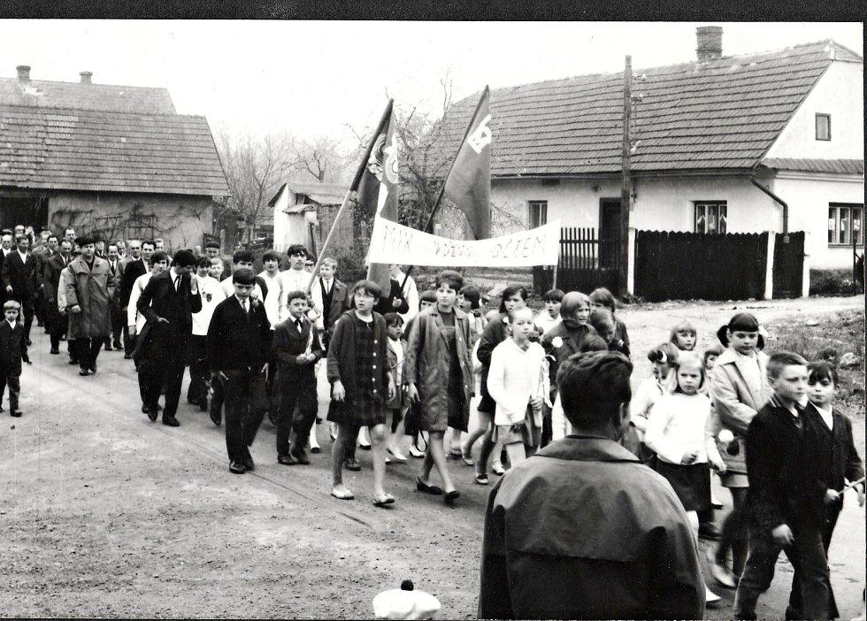 Prvomájový průvod obcí v květnu 1969.