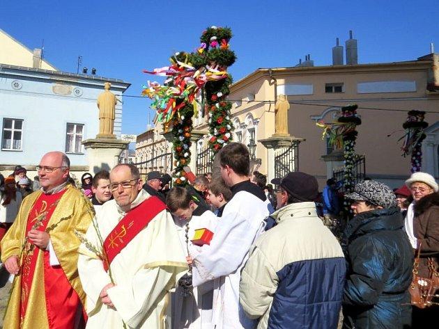 Již šestým rokem letos pokračuje v Příboře obnovená tradice - svěcení palem na Květnou neděli. To letošní se uskutečnilo v třeskutém mrazu.