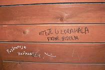 Různými nápisy i sprostými, stejně jako kresbami, poničili vandalové zastávky v Heřmanicích u Oder a zejména v místní části Vésce. Tam také poškodili střešní krytinu zastávky a uchráněn nebyl ani areál výletiště.