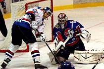 Hokejista Marek Ivan (vlevo), který si ještě v loňské sezoně zahrál za Karvinou proti Novému Jičínu, bude letos hájit barvy právě Nového Jičína.