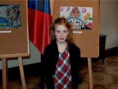 Devítiletá Dorotka Spurná z Nového Jičína před svým obrázkem, na němž namalovala, jak si představuje korupci.