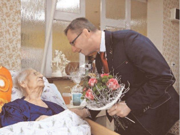 STÉ NAROZENINY oslavila Adolfína Rožnovská. Poblahopřát jí přišel i náměstek hejtmana Jiří Navrátil.