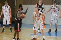 NOVOJIČÍNSKÝ ROZEHRÁVAČ Zdeněk Jakubu (v bílém uprostřed) podal ve čtvrtek se svými spoluhráči proti účastníkovi nejvyšší soutěže ze Svitav statečný výkon. Favorizované hosté nakonec zvítězili 95:67 a postoupili do 5. kola, ve kterém hostí doma Opavu.