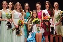 STELA DEMOVÁ (sedící) se stala vítězkou soutěže Dívka roku 2017.