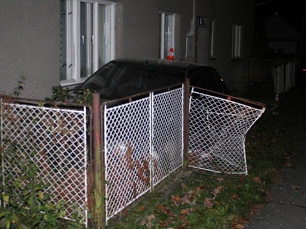 Vozidlo Peugeot 306devatenáctiletý mladík doslova napasoval mezi plot a zeď domu, navíc řídil téměř se dvěma promile alkoholu, a aby toho nebylo málo, nikdy ani nevlastnil řidičský průkaz.
