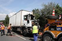 Podle posledních informacíl při nehodě došlo k těžkému zranění řidiče kamionu, který přejel do protisměru a k lehkému zranění u jeho spolujezdce.