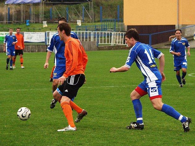 Ondřej Smetana z Fulneku (vlevo) a Radek Kuděla z pražské Dukly v utkání 13. kola druhé fotbalové ligy, které se hrálo ve Fulneku.