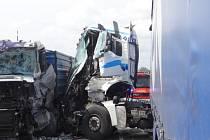 Dvě jednotky hasičů z Bílovce zasahovaly ve středu kolem poledne u nehody dvou nákladních automobilů Man, které se střetly na mostě nad dálnicí D1 u Bravantic.