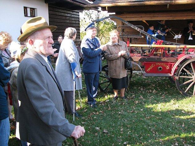 Václav Strnadel (vlevo) je ve svých devětaosmdesáti letech nejstarším hasičem trojanovického sboru.