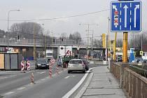 Rekonstrukce mostu na silnici číslo I/57 poblíž obchodního domu Tesco v Novém Jičíně zamotala hlavu nejednomu řidiči.