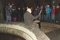 Tři desítky lidí se sešly 17. listopadu u kašny na Masarykově náměstí v Odrách.