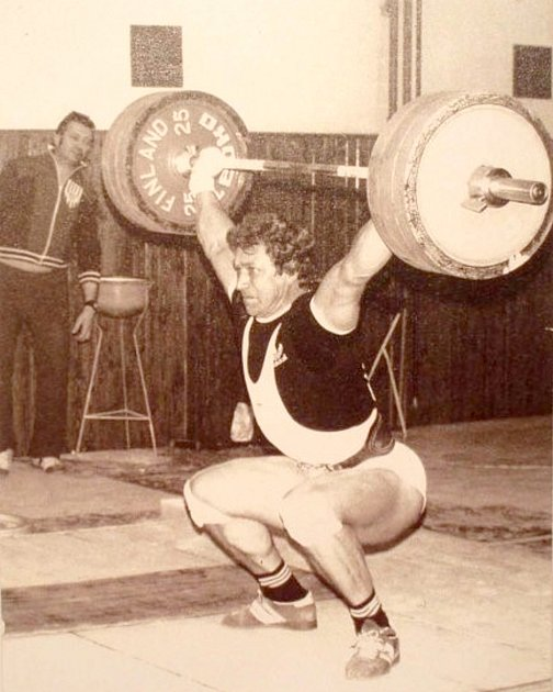 Trenérská vzpěračská legenda Ludvík Kašpárek (vpozadí) bedlivě pozoruje počínání olympionika Dalibora Řeháka.