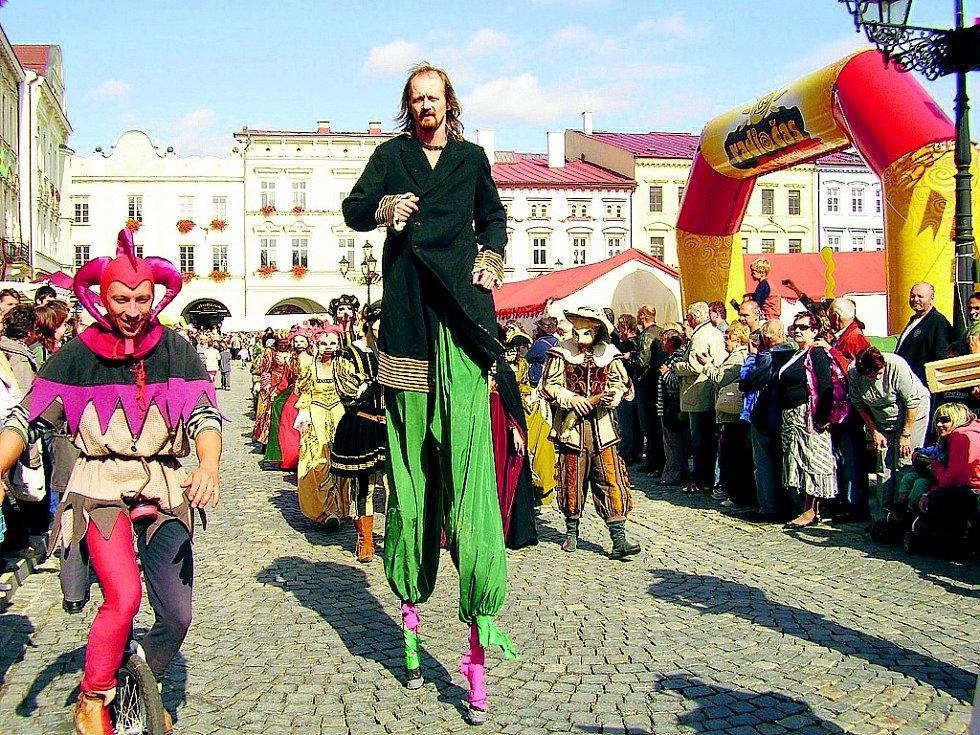 Kostýmovaný průvod je tradice slavností.