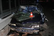 Třicet metrů vzduchem letělo vozidlo Renault Laguna po nárazu do betonového svodidla na mostě.