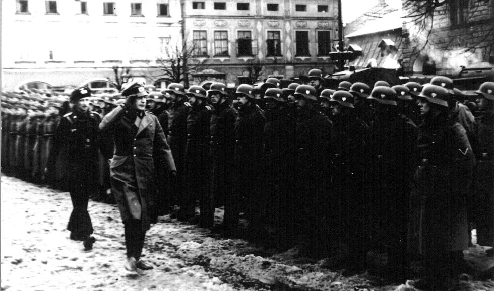 Takto to vypadalo na náměstí ve Frenštátě pod Radhoštěm v březnu roku 1939.