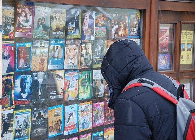 Levná DVD v trafikách si mnoho lidí oblíbilo.
