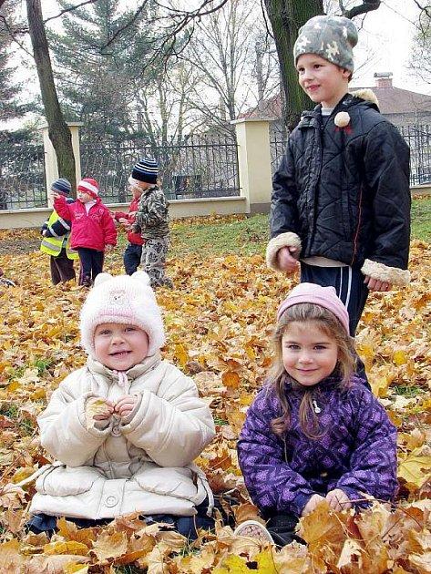 Spadané listí potěšilo také děti z kunínské školky, které si přišly hrát do areálu zámku.