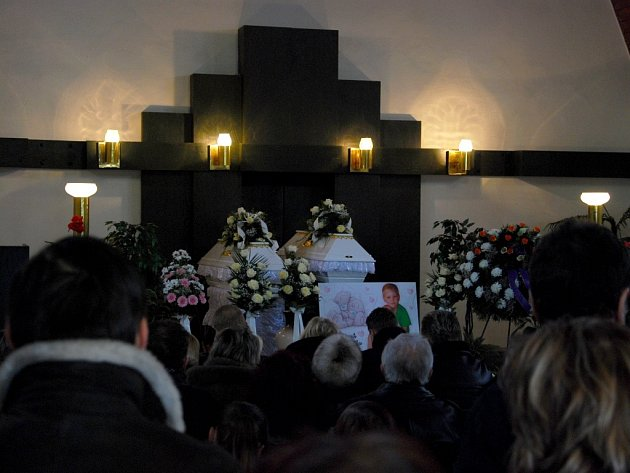 Snímek z prvního pohřbu obětí ničivého výbuchu panelového domu, který se konal deset dní po frenštátské tragédii, ve středu 27. února. Manželé Konvičkovi se rozloučili  se svými dětmi – šestiletým Radimkem a dvouletou Adélkou.