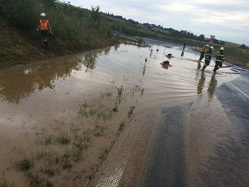 Velká vodní laguna, která vznikla po ranním dešti, vúterý znemožňovala řidičům nájezd na dálnici D1 uFulneku.