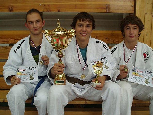 Nadějní judisté Závišic, zleva stříbrný Ondřej Kahánek v kategorii do 60 kg, zlatý Josef Babiář v kategorii do 66 kg a bronzový Adam Kahánek v kategorii do 60 kg.