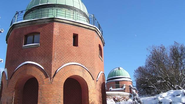 Sto dvacet let své existence si v neděli připomene hvězdárna v Ondřejově na Praze-východ. Na snímku Západní a v pozadí Centrální kopule postavené J. J. Fričem