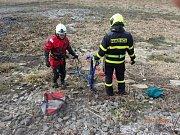 Novojičínští hasiči zachránili geodetku z bahna Čerťáku.