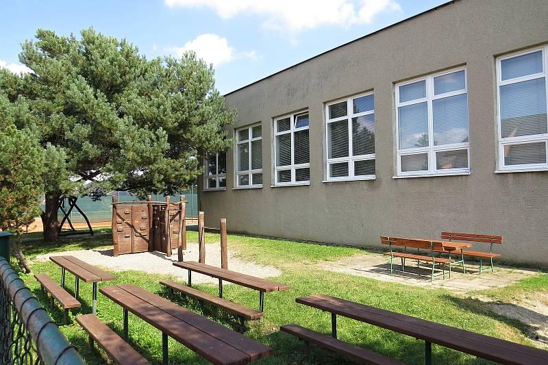 Základní škola v Závišicích je malotřídní s pěti ročníky.