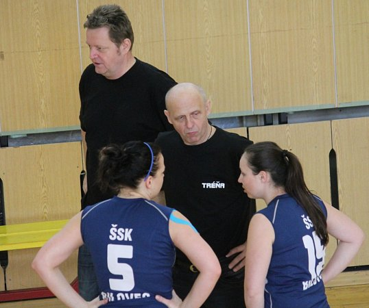 TRENÉŘI volejbalistek Bílovce Vítězslav Pjentak (vpopředí) a Radomír Surák, letos skončili se svým týmem na 8.místě.