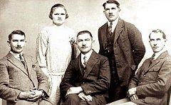 Bratři Žurovcové. Letečtí průkopníci z Hartů u Petřvaldu nedaleko Mošnova bratři Žurovcové. Zleva sedící: Josef, Vilém a František. Stojící je Leopold se svou ženou.