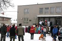 V Děrném návštěvníci masopustu narazili hned po příjezdu do vesnice na celníky.