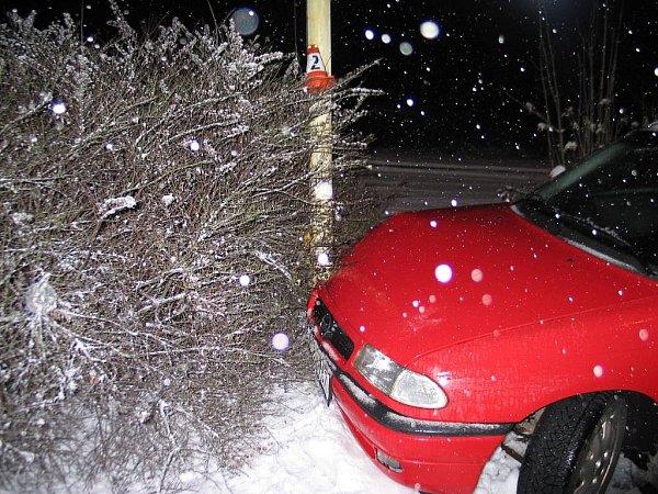 Zdrogovaný řidič ujížděl vpátek 11.ledna policistům vobci Borovec, kde naboural do sloupu veřejného osvětlení.