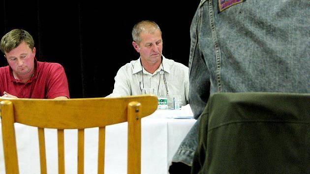 Jaroslav Petržela (v bílé košili) v minulém týdnu vysvětloval u novojičínského soudu, jak to bylo s převody pozemků, které obec Hladké Životice dostala jako náhradu za příkoří způsobené stavbou dálnice.