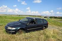 Z Renaultu Laguna odstaveného nedaleko dálnice v Mankovicích se stal časem vrak.
