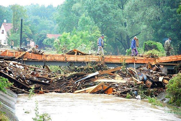 Poničený most v Bludovicích den po povodni.