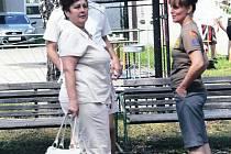 Vedoucí domova Tichá, Lenka Klepáčová (vpravo) si má s příbuznými klientů o čem povídat.