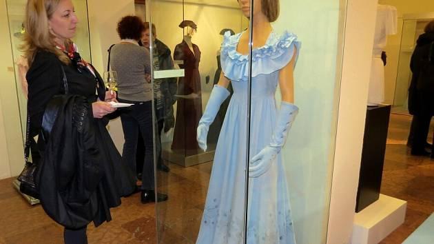 Na výstavě v Žerotínském zámku lze obdivovat několik desítek dámských šatů 2efd046634