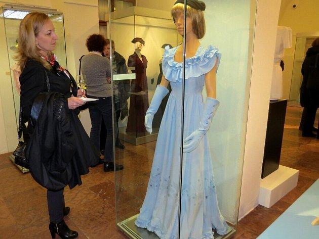 Na výstavě v Žerotínském zámku lze obdivovat několik desítek dámských šatů, večerních rób a kostýmů, ale i dobové doplňky všeho druhu.