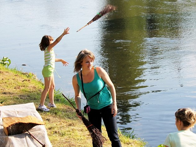 Již několik let trvá v Příboře obnovená tradice metání metel přes řeku Lubinu. Malí i větší zájemci si to mohli vyzkoušet v sobotu 23. června.