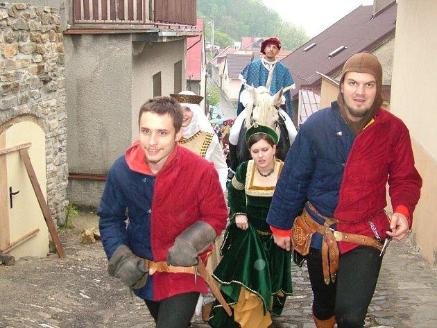 Historické kroje byly v sobotu k vidění ve Štramberku. Otevírali tam hrad.