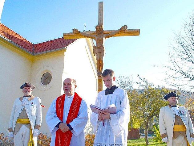 Novojičínský farář Antonín Peroutka posvětil nový kříž v Bludovicích.