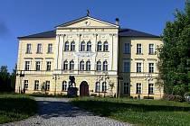 Budova se žlutou fasádou stojící na Horní ulici nedaleko náměstí Míru ve Frenštátě pod Radhoštěm začala fungovat v roce 1876 jako chlapecká škola.